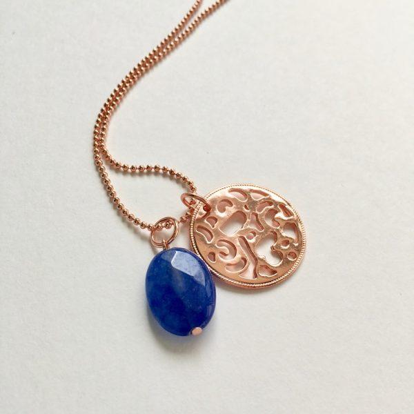 Lange ketting met blauwe natuursteen munt rosé goudkleurig