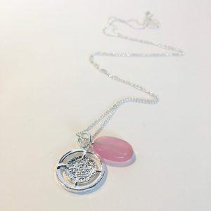 Lange ketting met edelsteen roze jade ovaal munt zilverkleurig