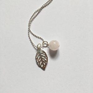 Lange ketting met edelsteen rozenkwarts bol klein blad bedel zilver