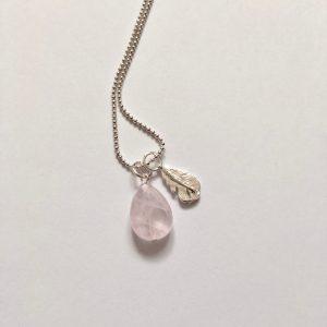 Lange ketting met edelsteen rozenkwarts veer zilver