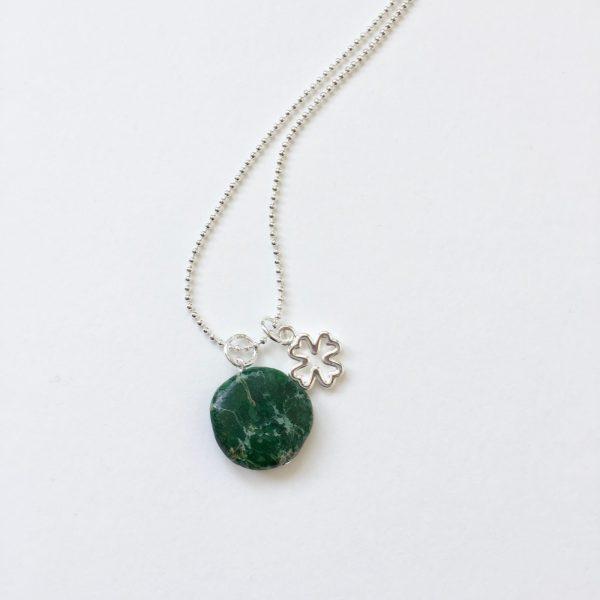 Lange ketting met groene natuursteen klavertje vier zilver