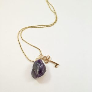 Lange ketting met paarse agaat sleutel goud