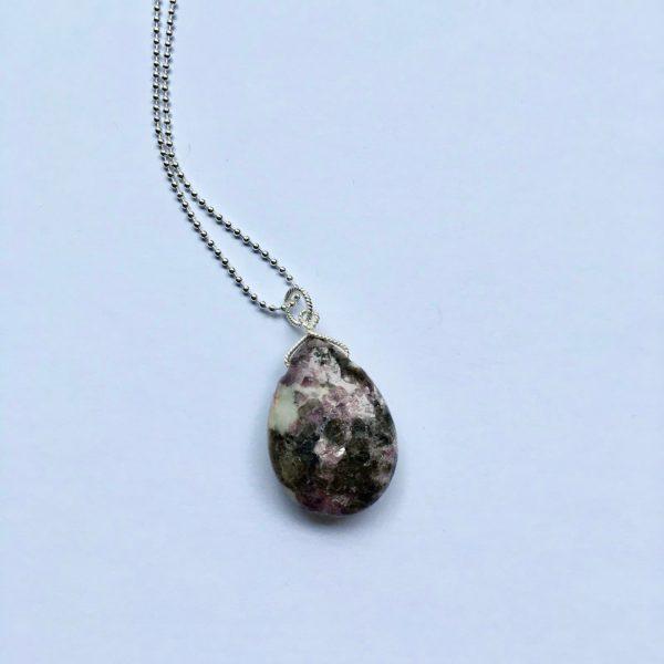 Lange ketting met paarse natuursteen bedel zilver