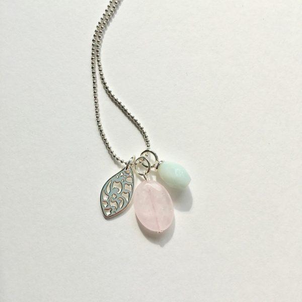 Lange ketting met rozenkwarts amazoniet hanger blad bedel zilver