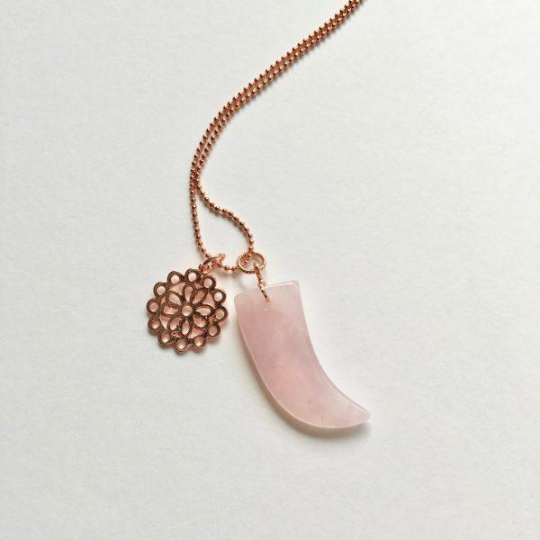 Lange ketting met rozenkwarts hoorn bloem rosé goud