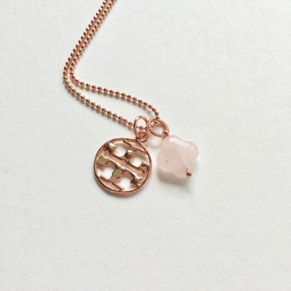 Lange ketting met rozenkwarts metalen bedel rosé goud