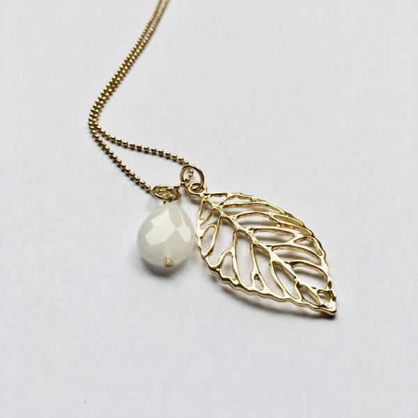 Lange ketting met witte jade druppel blad goudkleurig