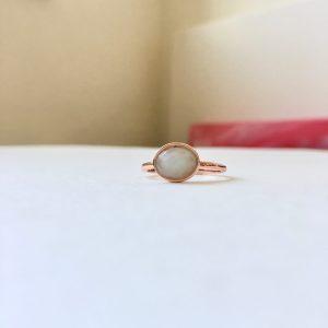 Ring met ovalen natuursteen rosé goud maat L 18 mm