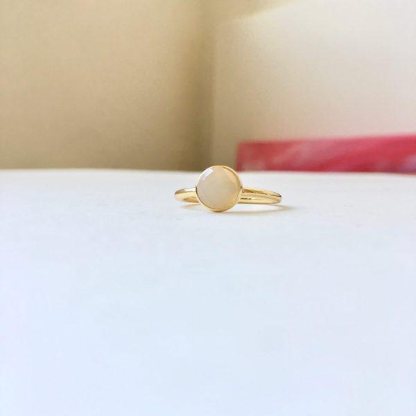 Ring met ronde natuursteen goud maat L 18 mm