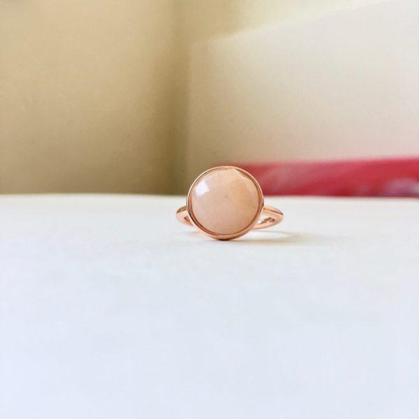 Ring met rozenkwarts bol rosé goud maat M 17 mm