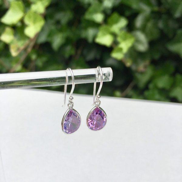 Zilveren oorbellen met zirkonia druppel paars