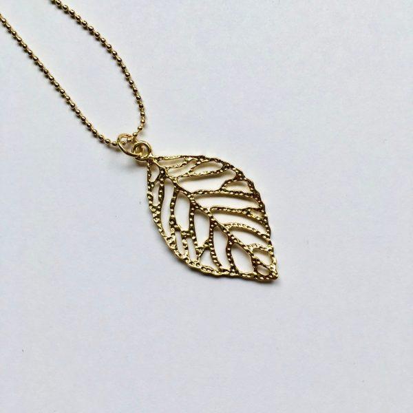 detail lange ketting bedel blad veer goudkleurig