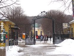 Ganz schön viel Schnee beim Haupteingang zum Tiergarten, 18. Februar 2009