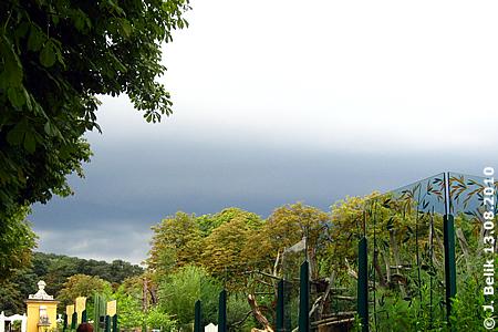 Gewitterwolken, rechts vorne die Panda-Anlage, 13. August 2010