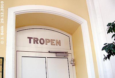 """Eingang zur Freiflughalle """"Tropen"""", 29. Dezember 2010"""