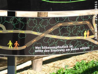 Eine der Infotafeln zum Baumkronenpfad, 22. April 2011