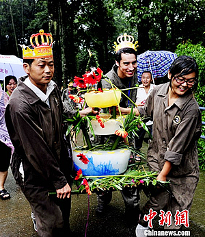 Fu Longs Torte wird von Freiwilligen Helfern zu Fu Long gbracht, Bi Feng Xia, 21. August 2011