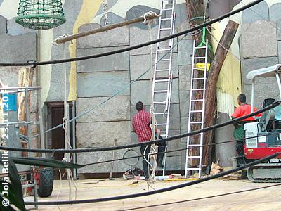 Der Baustamm steht zumindest mal an der Wand. In der Zwischenzeit wurden auch die Taue an der Aufhängevorrichtung angebracht, 23. November 2011
