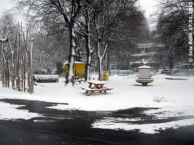 Nicht quer rüber gehen, sondern die Wege rundherum benützen! Vogelbrunnenplatz, 17. Jänner 2012