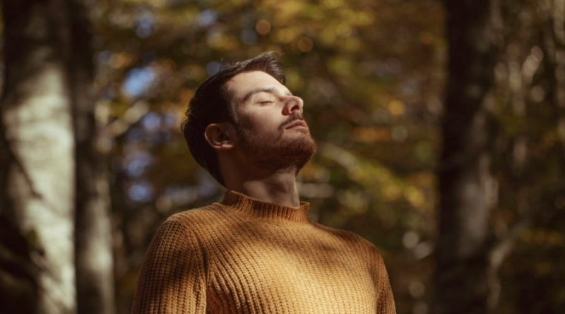 "Michael Lukes rifà ""Leave A Light On"" di Tom Walker. Da oggi online il video"