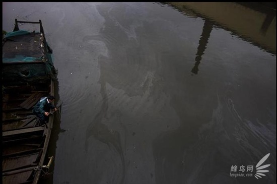 acque-reflue-indutriali-cinesi-sfocia-fiume-Qiantang