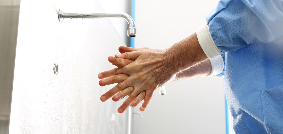 The doctor washes his hands, disinfect their hands before surgery