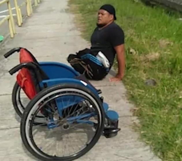 Vídeo: Homem salta da cadeira de rodas e rasteja para salvar a vida de um gatinho 5