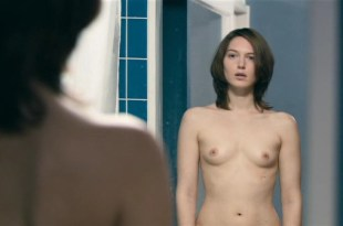 Erika Sainte nude topless and butt in – Elle ne pleure pas elle chante ( BE-2011)