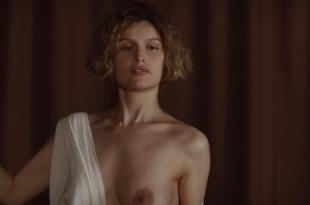Laetitia Casta nude topless and very hot – La jeune fille et les loups (2007) hd1080p