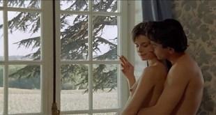 Nastassja Kinski nude topless - Maladie d'amour (FR-1987) (4)