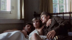 Belinda Meuldijk nude topless and Susan Penhaligon nude sex threesome - Soldaat Van Oranje (NL-1977)