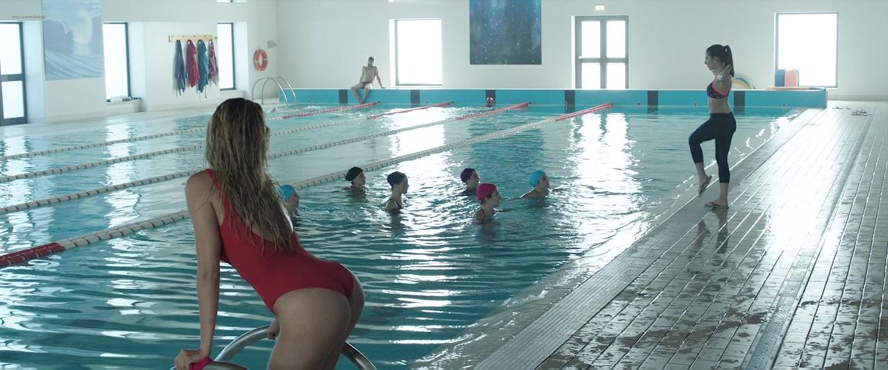 Paola Cortellesi hot sex and Ilaria Spada very hot butt in swim suit - Gli ultimi saranno ultimi (IT-2015) HD 720p BluRay (10)
