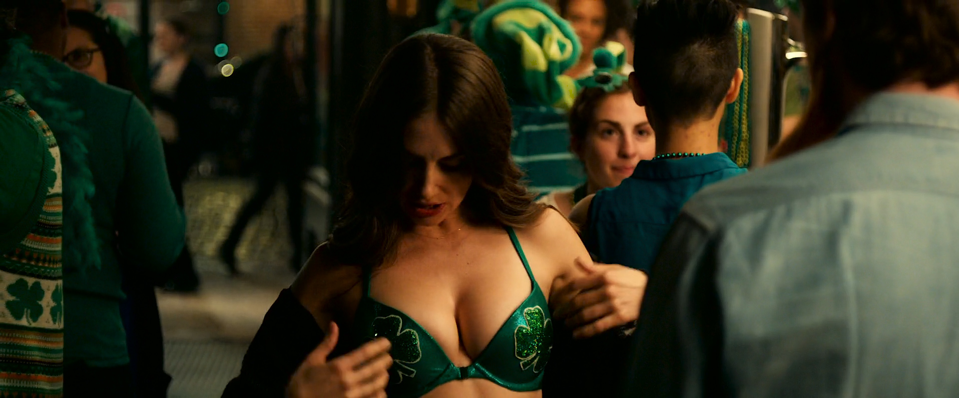 Dakota Johnson hot and sexy, Alison Brie hot cleavage and Leslie Man sex - How to Be Single (2016) HD 1080 WEB-DL (3)
