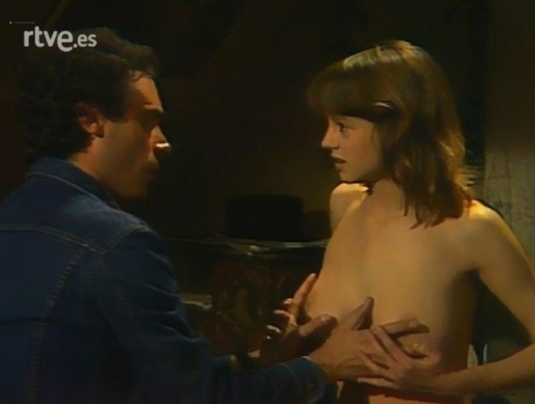 Emma Suárez nude topless- El Próximo Verano (Es-1983) (2)