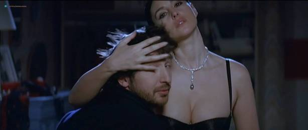 Monica Bellucci nude topless - Combien tu m'aimes? (FR-2005) HDTV 720p (2)
