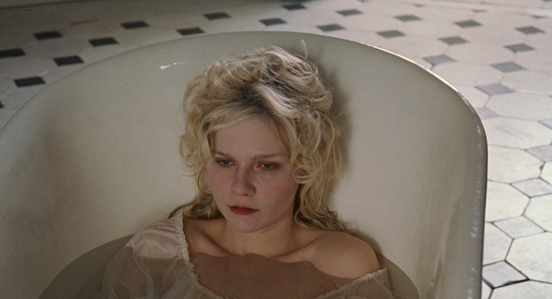 Kirsten Dunst nude butt and hot - Marie Antoinette (2006) HD 1080p BluRay (1)
