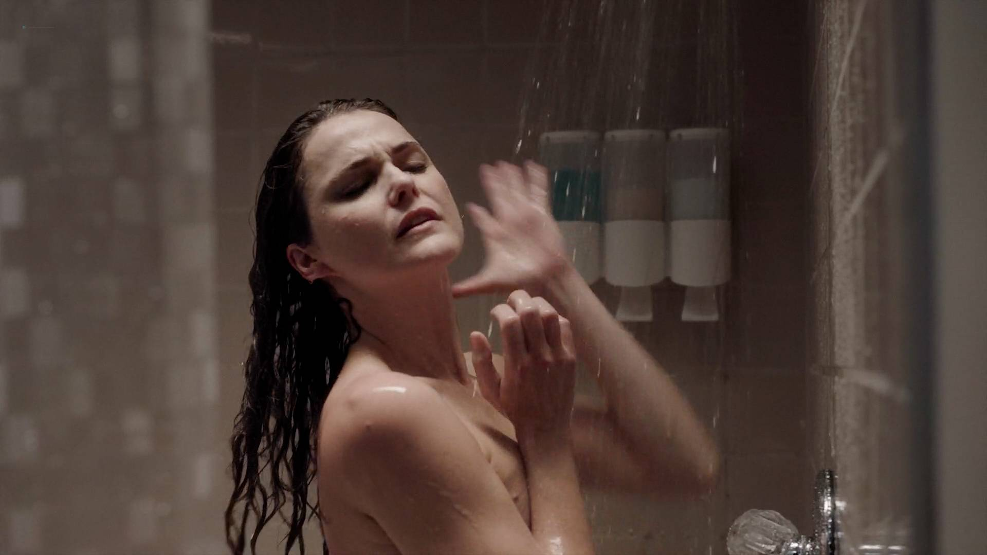 Keri Russell nude butt in the shower -The Americans (2017) s5e2 HD 1080p (9)