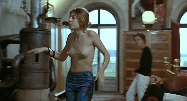Alexia Stresi nude topless Lou Doillon and Elise Perrier - Trop (peu) d'amour (FR-1998) (10)