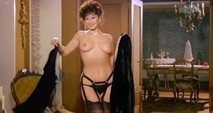 Edwige Fenech nude topless and Barbara Bouchet hot leggy - La moglie in vacanza... l'amante in città (IT-1980) (9)