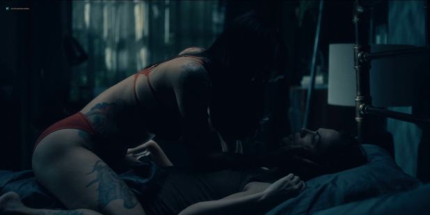 Kate Siegel nude nipple Levy Tran and Victoria Pedretti hot and sexy - The Haunting Of Hill House (2018) S1 HD1080p (4)