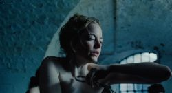 Emma Stone nude topless - The Favorite (2018) HD 1080p Web (11)
