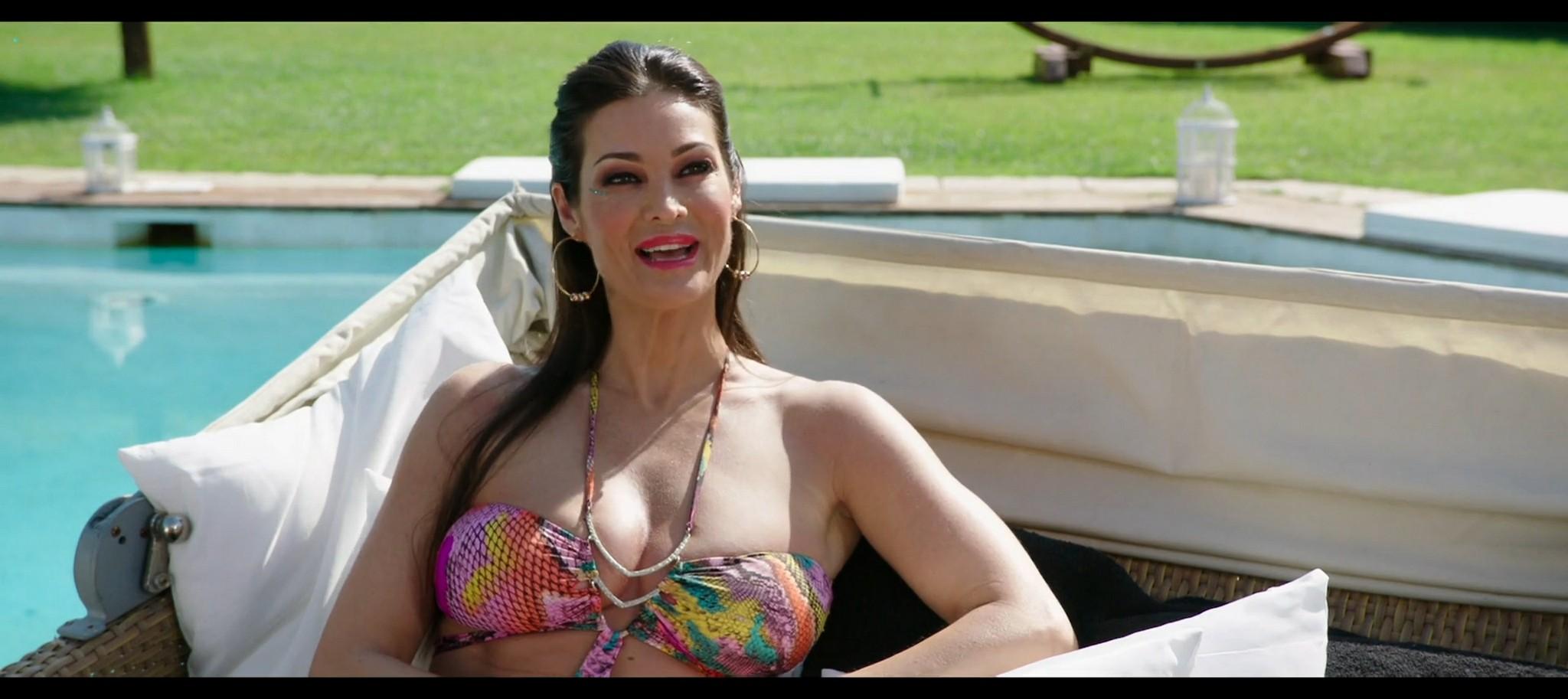 Manuela Arcuri hot bust Ria Antoniou sexy Non si ruba a casa dei ladri IT 2016 HD 1080p Web 006