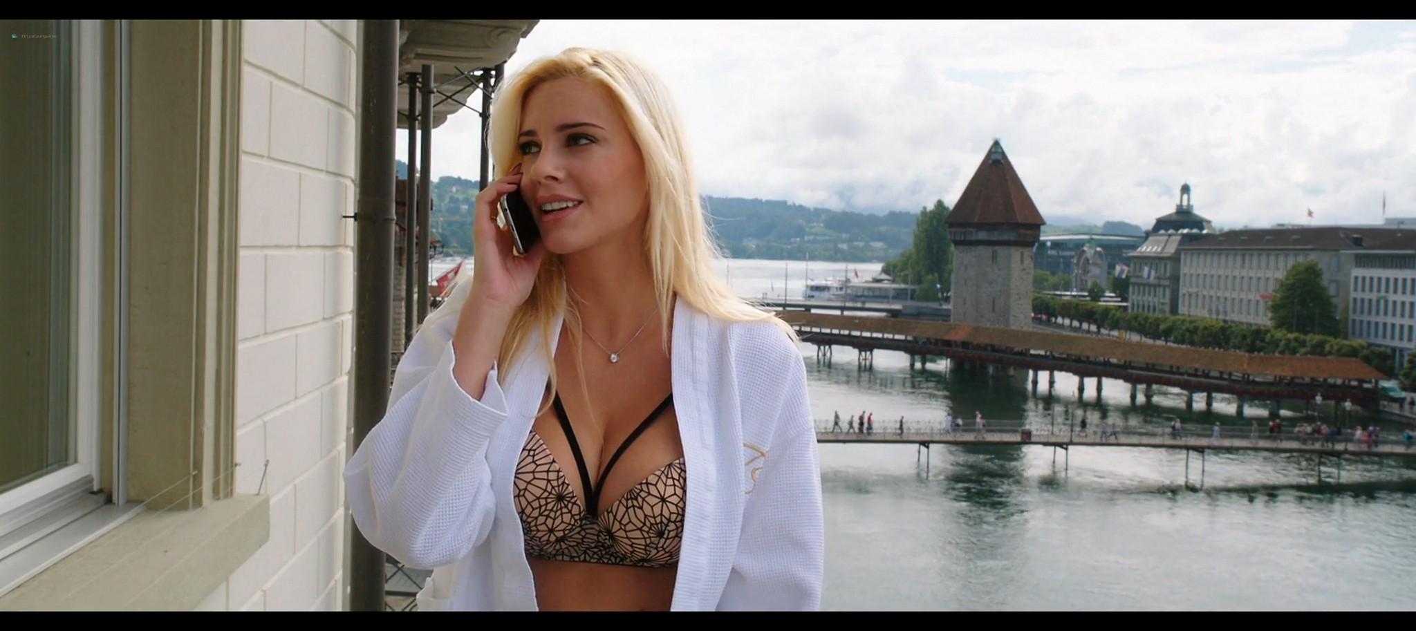 Manuela Arcuri hot bust Ria Antoniou sexy Non si ruba a casa dei ladri IT 2016 HD 1080p Web 017