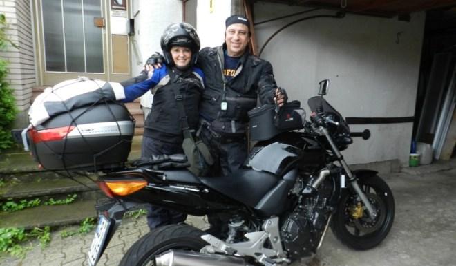 Flávio Faria e sua mulher Rosane ao lado da Honda CBF 600cc