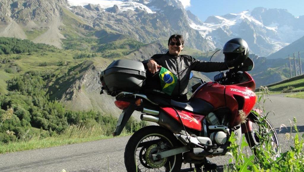 Rômulo Provetti posa com sua moto durante travessia nos Alpes,na divisa entre a França e a Itália