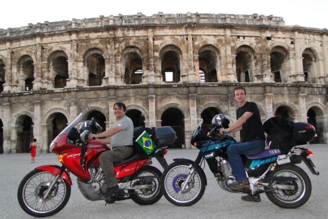 Rômulo Provetti e seu companheiro de viagem Vanildo Siller, emfrente à Arena de Nimes, na França
