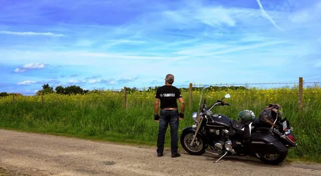 Um velhote rodando de moto pela Europa