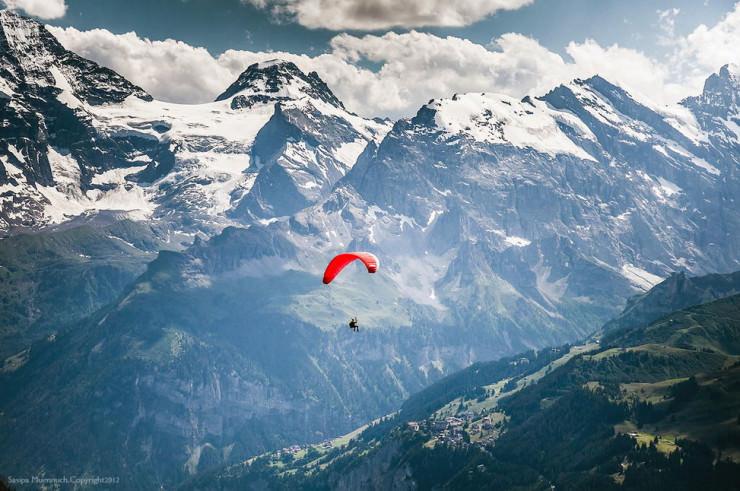 Paragliding em Wengenna Suíça |Foto: Sasipa Muennuch