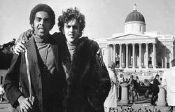 Gilberto Gil (esquerda) e Caetano Veloso posam na Trafagar Square, no centro de Londres