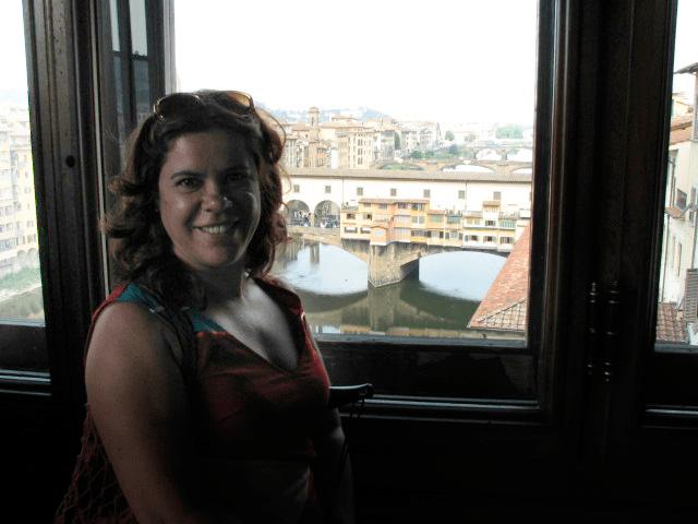 Sandra Vasconcelos com a Ponte Vecchio ao fundo | Foto: Arquivo pessoal